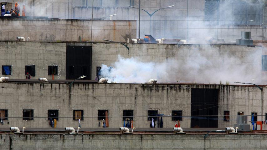 Photo of Unos 75 muertos dejan enfrentamientos en prisiones de Ecuador
