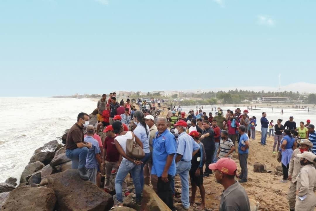 Photo of Tras mortandad de peces autoridades despejan la boca de la laguna de Puerto Píritu