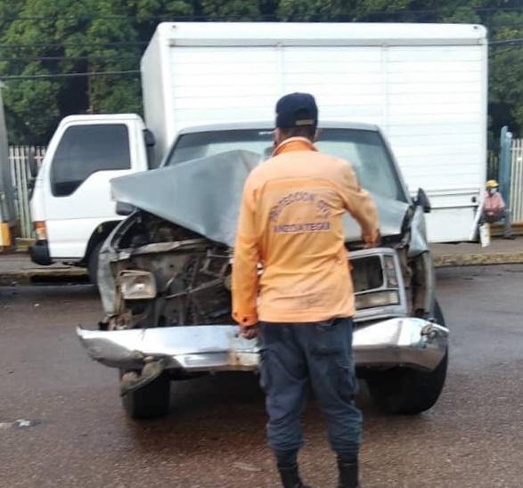 Photo of Hombre resultó herido al impactar su pick up contra tres camiones en la avenida Rotaria