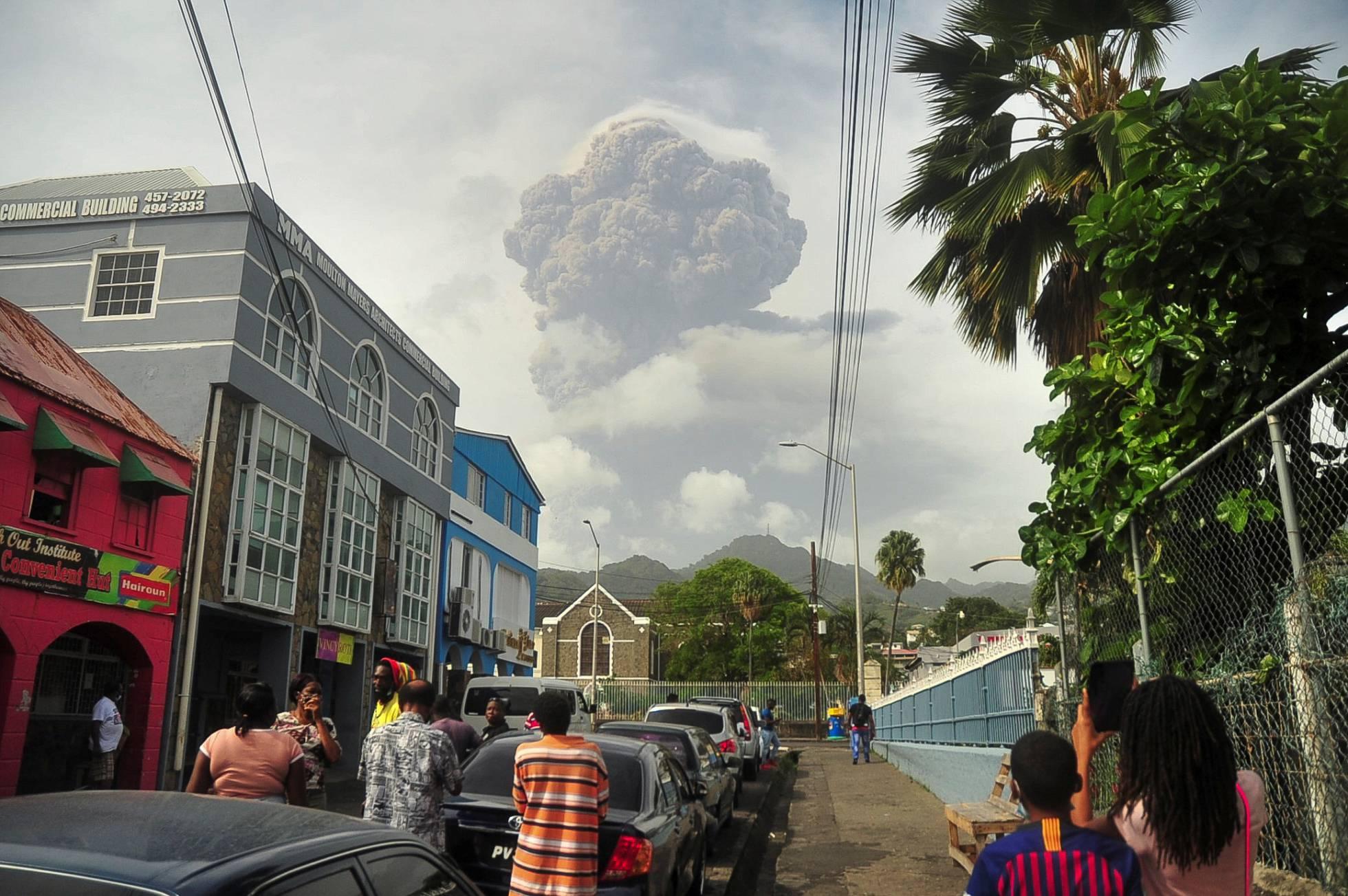 Photo of Miles de evacuados tras erupción de volcán de la isla caribeña San Vicente